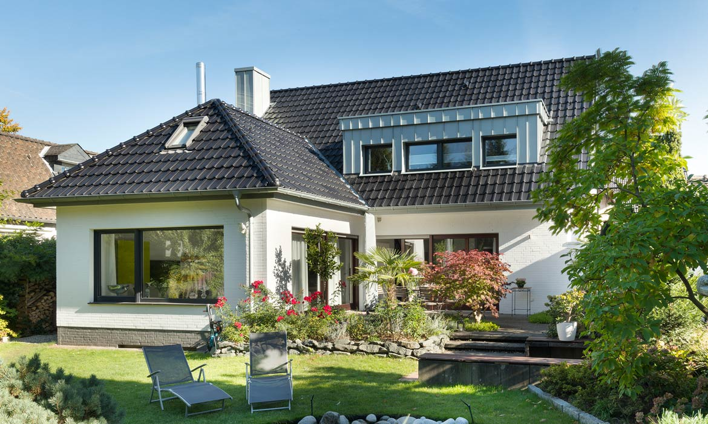 Flachdachziegel-Großformat-Referenzobjekt mit Laumans Dachziegel TIEFA SUPRA® in Farbe Nr. 25 – graphitschwarz
