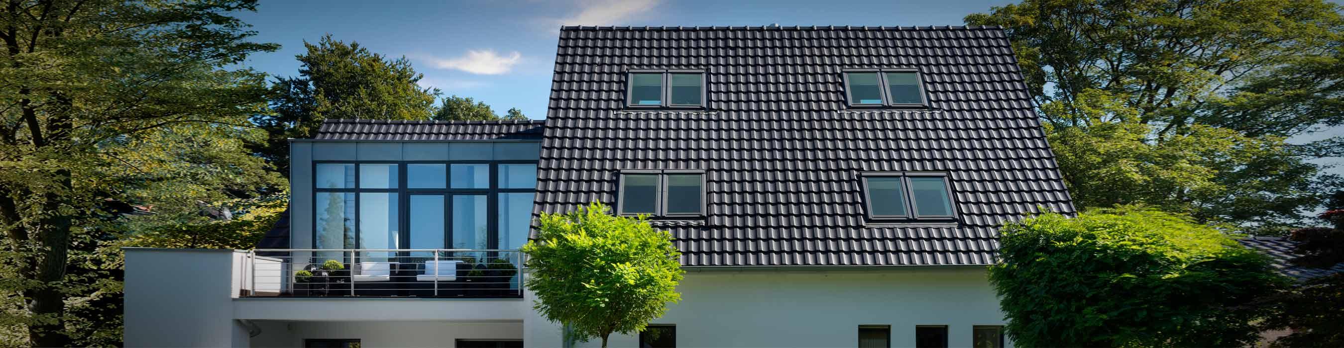 Referenzobjekt mit Laumans Dachziegel RHEINLAND VARIABEL in Farbe Nr. 30 – xenon-grau