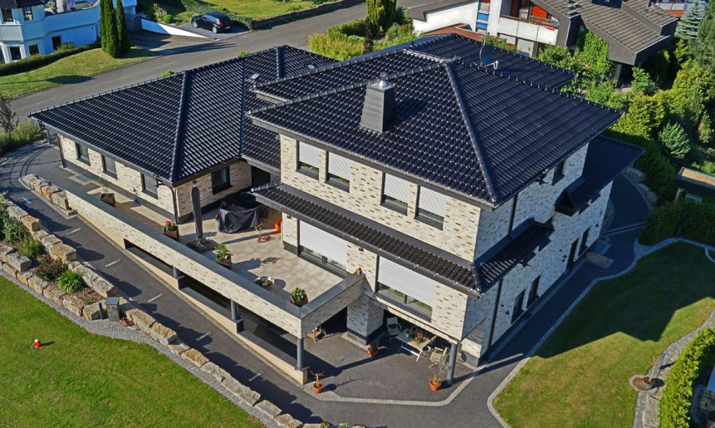 Tondachziegel - Referenzobjekt mit Laumans Dachziegel IDEAL SUPRA in Farbe Nr. 40 – schwarz-satiniert