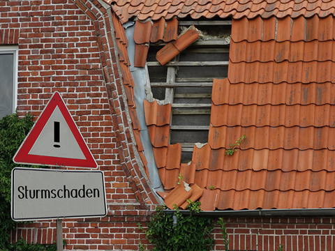 Sturmschaden an einem Dach
