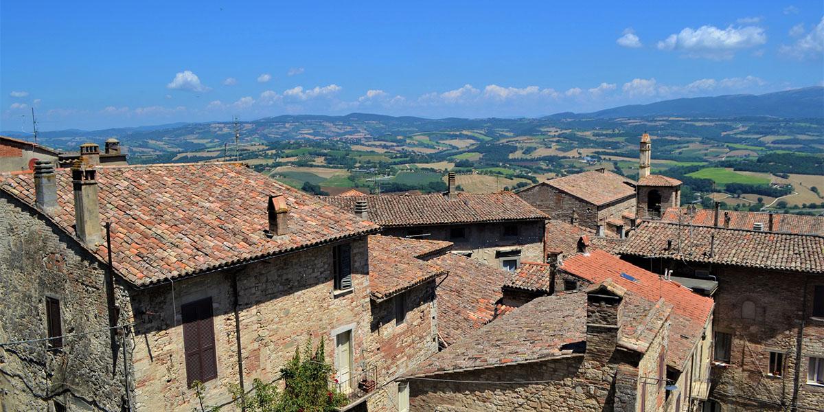 Landschaft mit italienischem Dorf