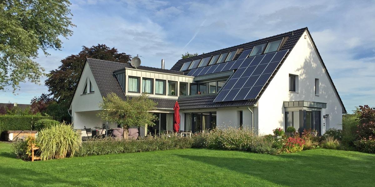 Umweltschonend - Natur und Umwelt: Solaranlage auf Referenzobjekt mit Laumans Dachziegel RHEINLAND VARIABEL