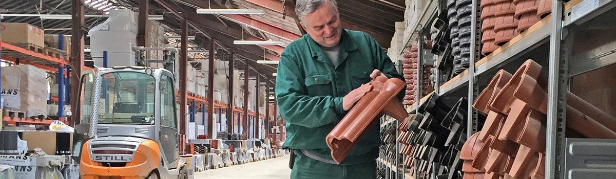 Karriere bei Laumans - Laumans Mitarbeiter mit Firstziegel im Lager